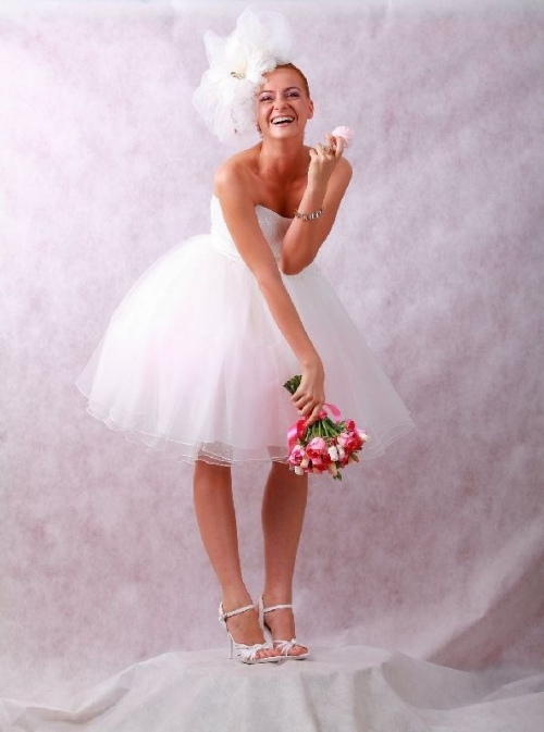 Невеста в озорном укороченном платье