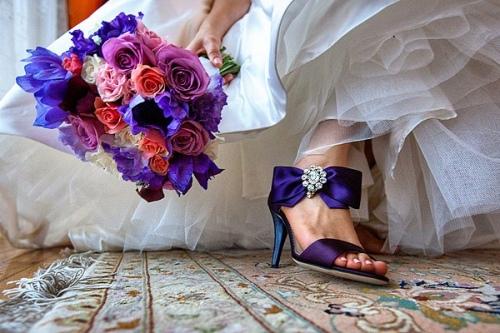 Яркие туфли невесты