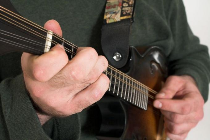 Настраивая гитару, обязательно настраивайтесь сами