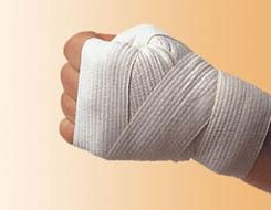 Прежде, чем надеть перчатки, кисть руки бинтуют
