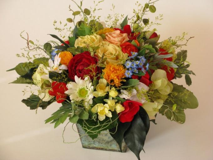 Искусственные цветы, конечно, не пахнут, но радуют глаз не меньше, чем настоящие.