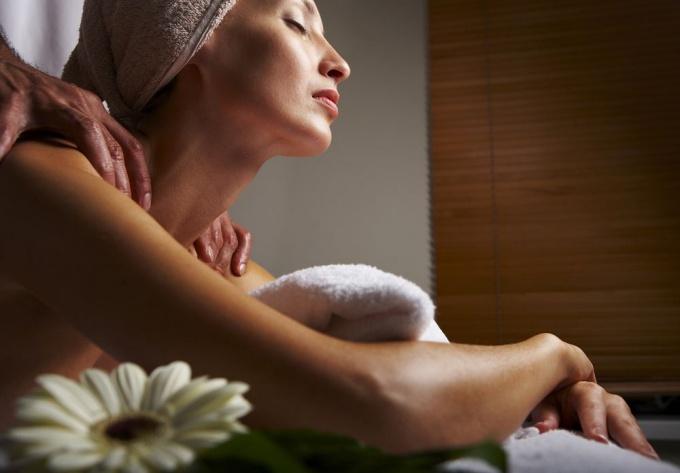 Эротический массаж лучше начинать со стоп - на них много нервных окончаний