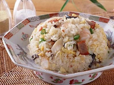 Salat s kalmarami, risom i yajcami