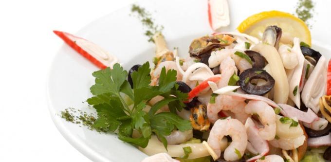 Salat s kalmarami i krevetkami