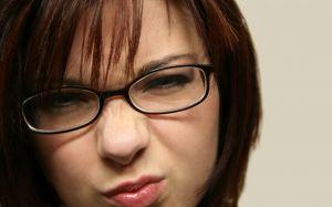 Кроме прически на компьютере можно подобрать очки и макияж