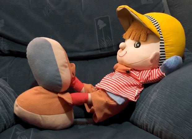 С тряпочной куклой проще всего - руку ей пришить легко