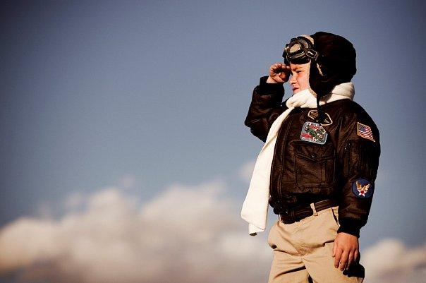 Большинство мальчишек в детстве мечтают стать летчиками.