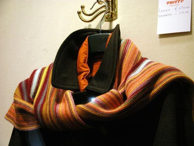Выбирайте для шарфа яркие расцветки, они оживят даже консервативное черное пальто