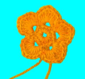 Цветок из пяти лепестков вяжется от круга
