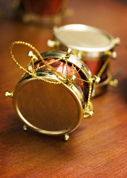 Сделанный вручную барабан хорош тем, что украсить его можно по своему вкусу