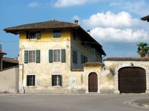 Самостоятельно отремонтировать можно даже большой и старый дом
