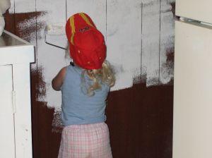 Дети очень любят помогать в ремонте