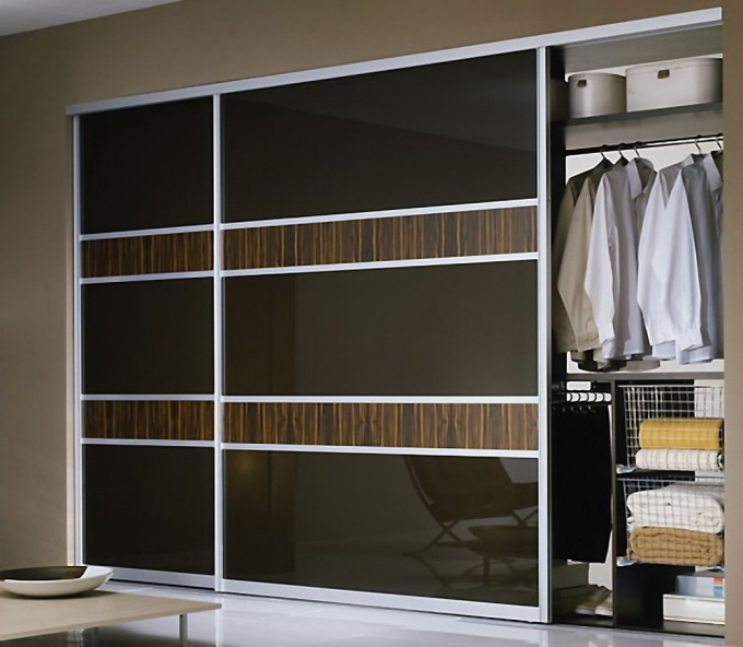 The wardrobe allows you to utilize the space of the room