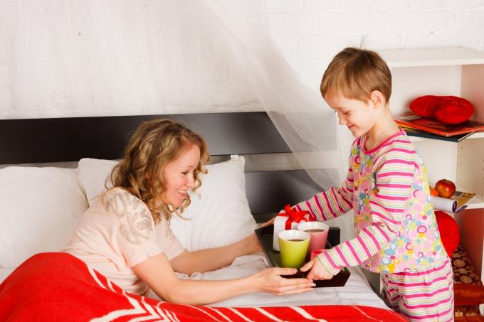 в оформлении опеки приоритет отдается родственницам ребенка: бабушке, тете, сестре