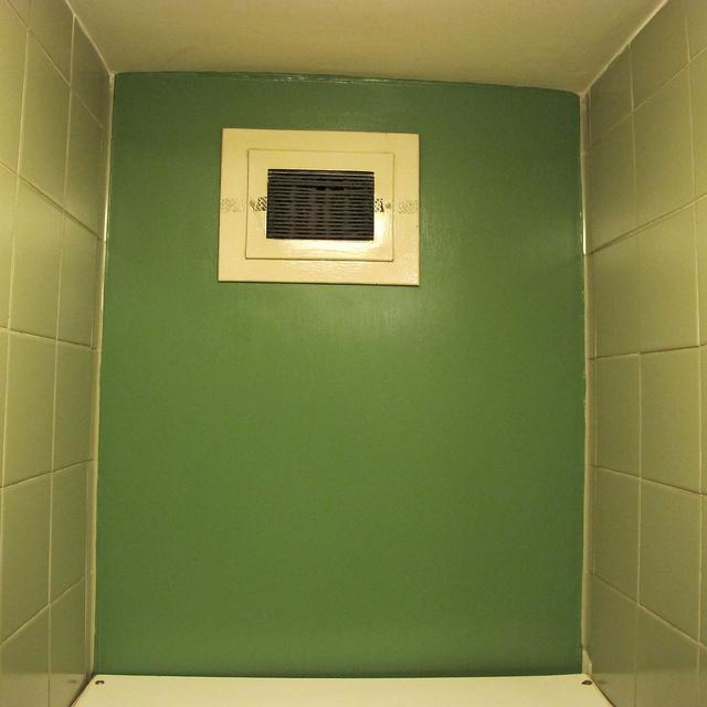 Вентиляционные отверстия для оттока воздуха устанавливают под потолком