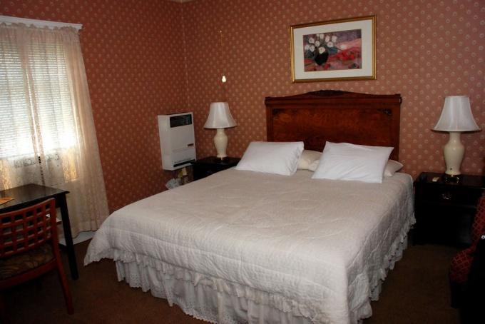 расположить кровать нужно так, чтобы сон на ней был крепким и сладким
