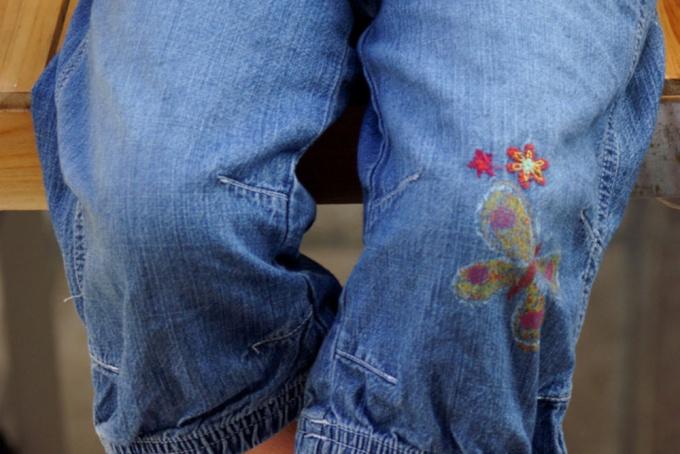 На джинсах дозволено сделать симметричные заплатки
