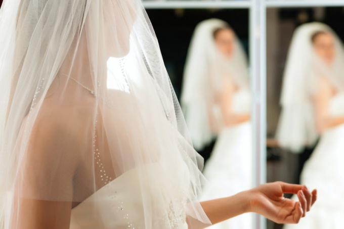 golie-v-svadebnih-platyah-go