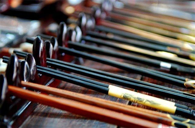 Первые палочки для еды были сделаны из бамбука.