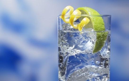 Джин в сочетании с тоником, лимоном и кусочками льда - популярный коктейль.