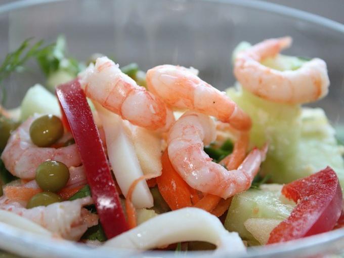 Салат с креветками и авокадо можно приготовить за 15 минут.