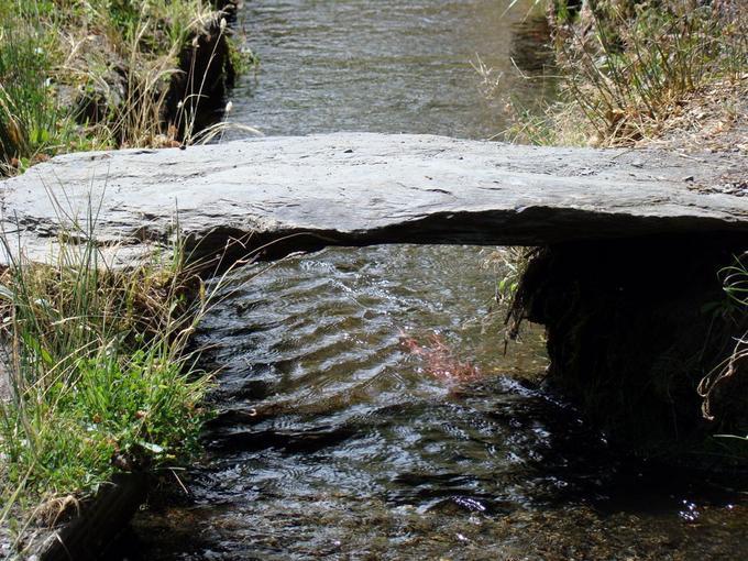 Даже мост простейшей конструкции может быть весьма живописным элементом ландшафтного дизайна