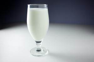 Стакан молока на ночь окажется очень полезен