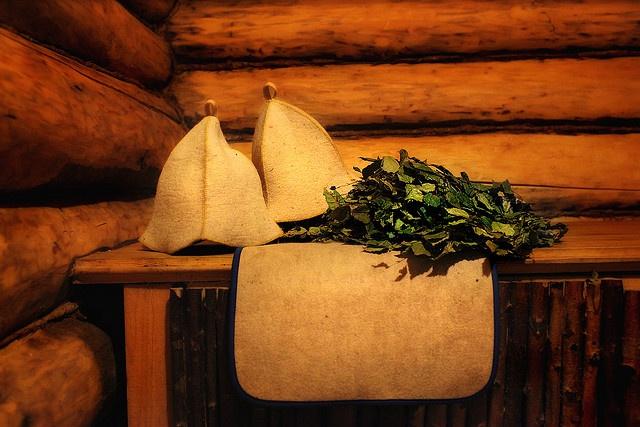 Если основа бани - деревянный сруб, то большое внимание уделите заделке щелей между венцами