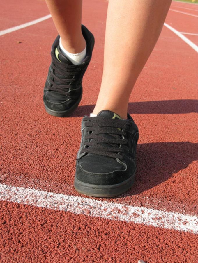 Кросовки завязывайте, пропуская шнурок вдоль язычка. Не завязывайте слишком сильно.