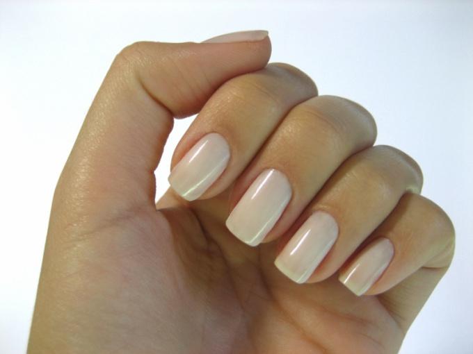 Особенно эффектно квадратная форма смотрится на ногтях средней длины