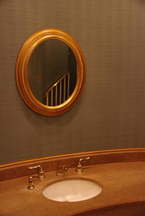 Без зеркала в доме не обойтись