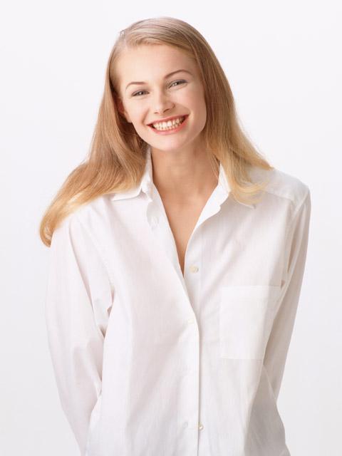 Девушка искренне улыбается