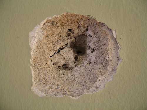 Небольшую щербинку на стене легко заделать шпатлевкой