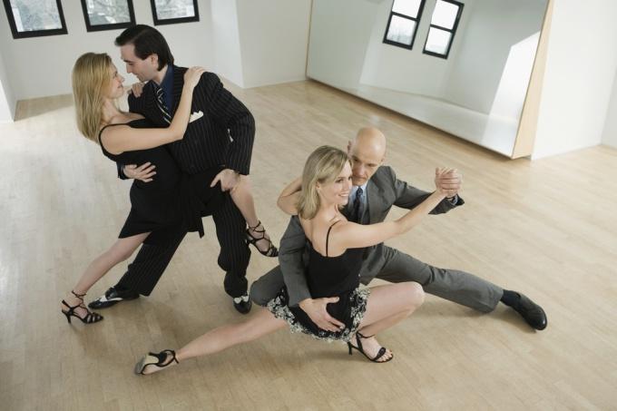 Как танцевать бальное танго