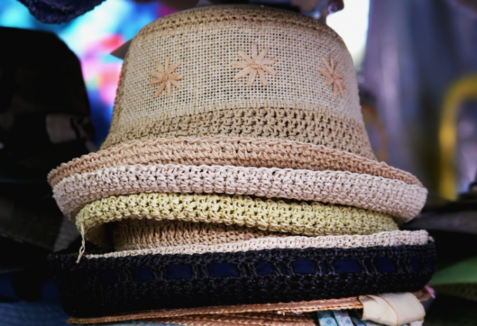 Крючком можно связать не только шапки, но и летние панамы, шляпки
