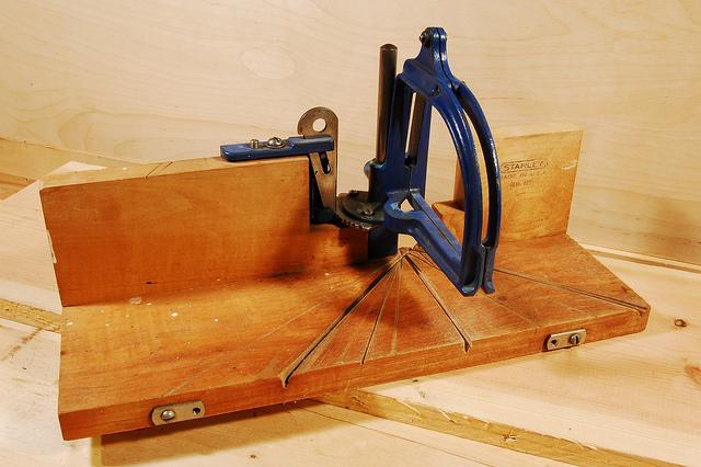 С этим приспособлением резать потолочные плинтуса под любым углом очень просто