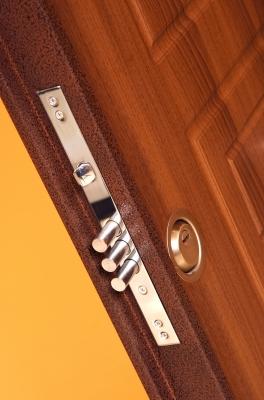 Врезка замка под силу тому, кто имеет минимальные навыки работы с деревом и столярным инструментом