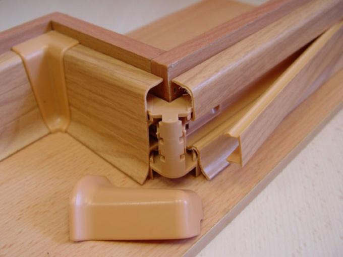 Открытую электропроводку в деревянном доме можно спрятать в таких коробах