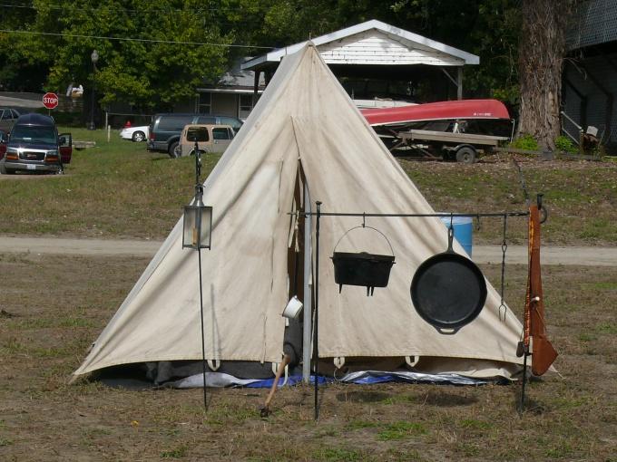 Палатка должна быть из непромокаемого материала
