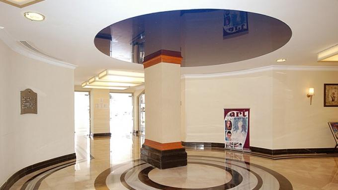 Современные дизайнеры используют самые разные материалы, чтобы сделать потолок эффектным