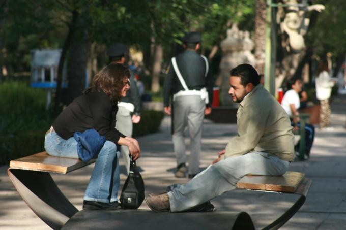 Чтобы начать общение, выбирайте людей, открытых для разговора