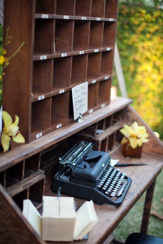 Мастерство писателя - тяжелый труд. Зато проводить рабочее время можно на природе за печатной машинкой