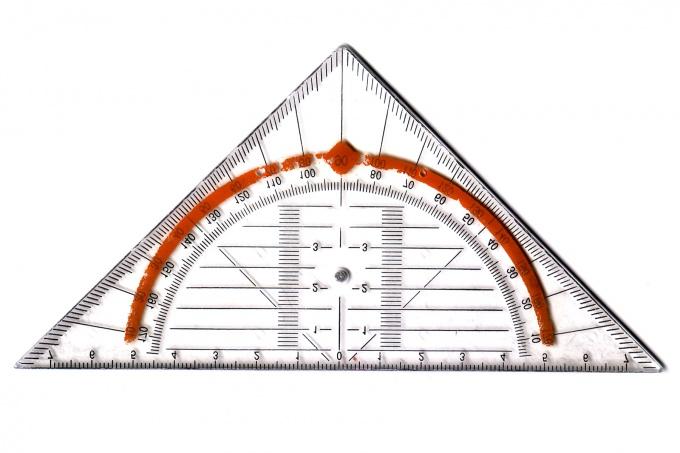 Гипотенузой называют сторону в прямоугольном треугольнике, лежащую наоборот прямого угла.