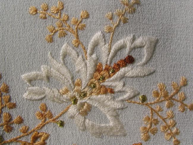 Оживить старую вещь или украсить новую может вышивка в технике крестом или гладью