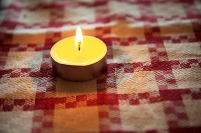 Стоит только сильно подуть на такую свечу, как на мебели или ковре образуется парафиновое пятно