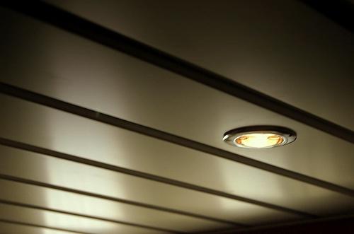 Потолок может быть натяжным, подвесным, окрашенным или состоять из нескольких уровней