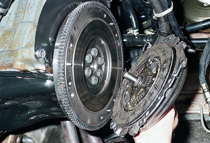 Замена ведомого диска сцепления с фрикционными накладками отнимает у специалистов не более полутора часов.