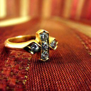 Дорогие изделия из золота с множеством камней лучше отдать на чистку профессионалам