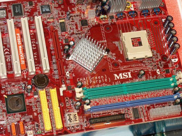 На материнской плате расположено множество конденсаторов, резисторов и других элементов