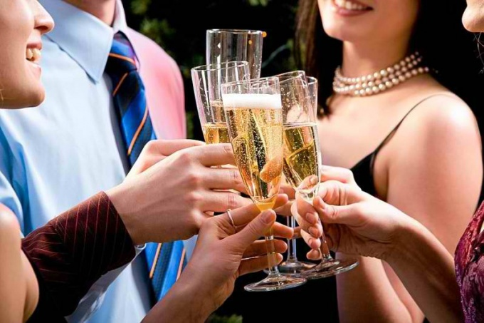 Неправильная манера держать бокал при дегустации способна исказить качество вина